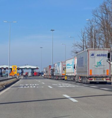 How To Choose The Right Cross-Border Transport Carrier